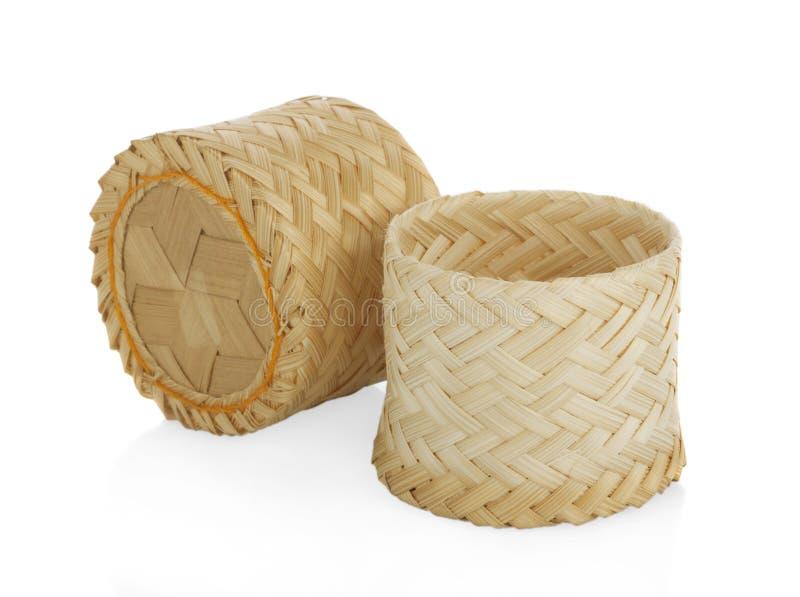 La boîte en bois en bambou à riz pour le fond blanc d'isolement de riz collant, on le connaît en Thaïlande en tant que ` de Krati photographie stock libre de droits