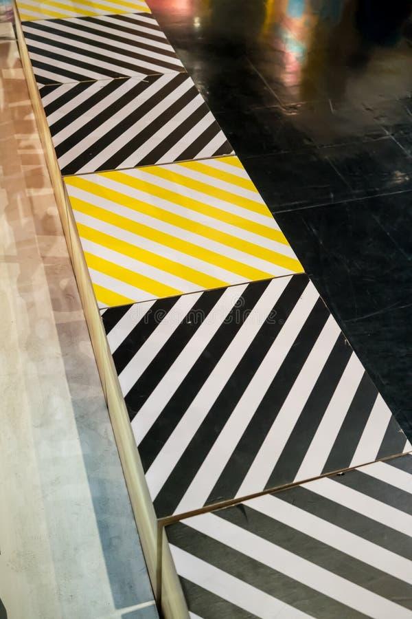 La boîte en bois a monté avec le noir et le jaune a imprimé la rayure diagonale photos libres de droits