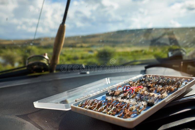 La boîte ouverte de pêche de mouche attachée par main vole images libres de droits