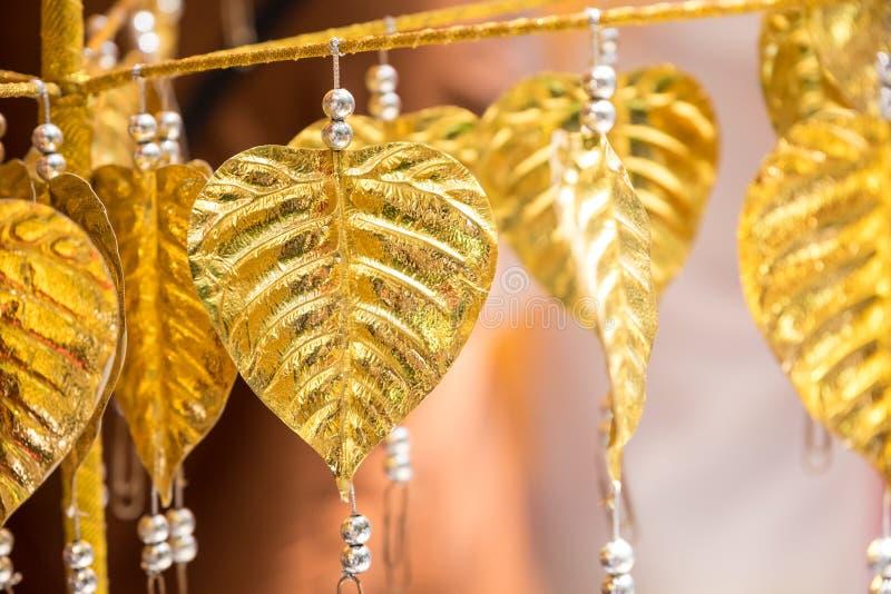La BO dorata copre di foglie è appesa sulla corda fotografie stock libere da diritti