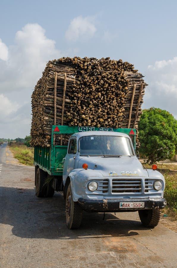 La BO, Sierra Leone - 15 janvier 2014 : Camion classique fortement chargé transportant le bois de construction empilé image libre de droits