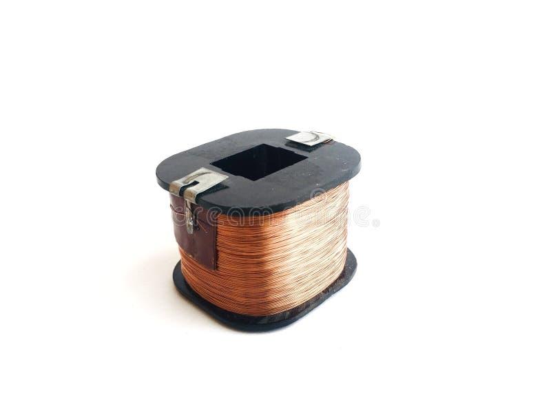 La bobina de la inductancia en un fondo blanco imagen de archivo libre de regalías