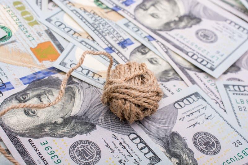 Download La Bobine De La Bobine De Toile Est Placée Sur Des Billets De Banque De Dollar US Image stock - Image du paquet, facture: 87706825