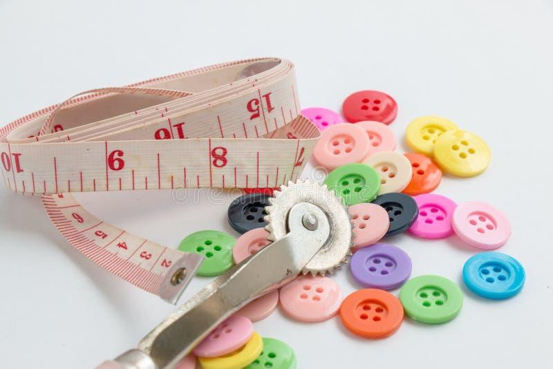 La bobine du fil et des boutons, cousent l'instrument d'isolement sur le Ba blanc photographie stock libre de droits
