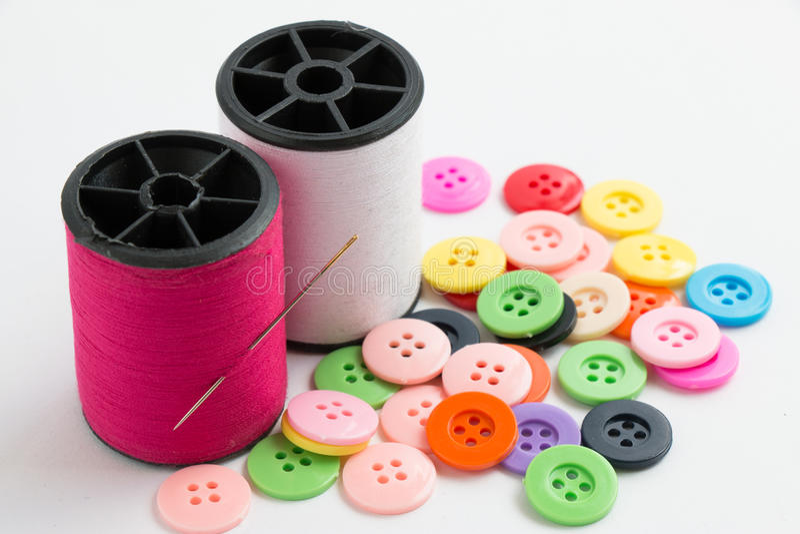 La bobine du fil et des boutons, cousent l'instrument sur le Ba blanc photo stock