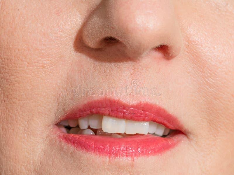 La bocca della donna con rossetto rosso fotografia stock libera da diritti
