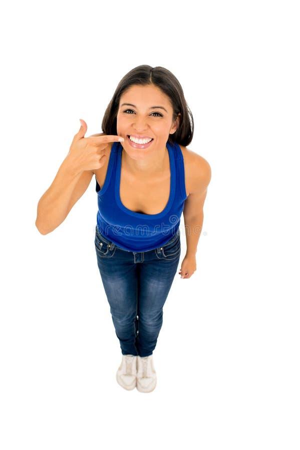 La bocca indicante felice sorridente della donna latina ed imbianca i denti con il suo dito in cure odontoiatriche e igiene fotografia stock libera da diritti