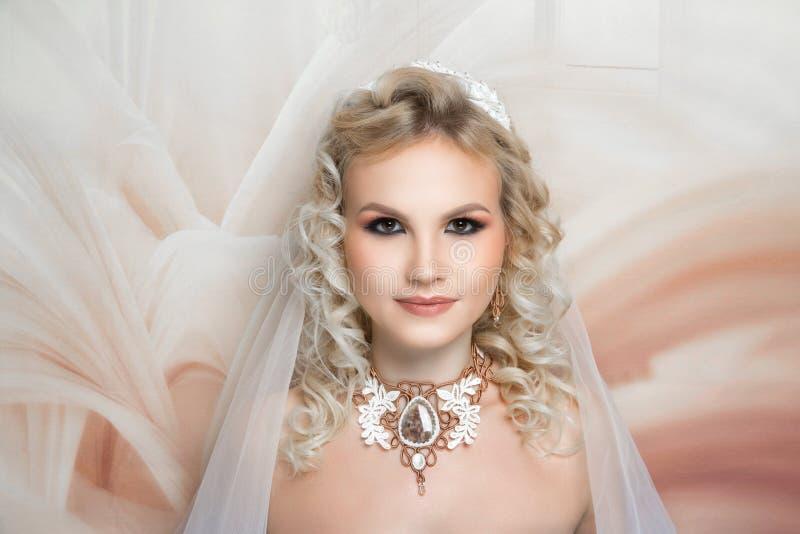 La boda de la mujer compone el pelo foto de archivo libre de regalías