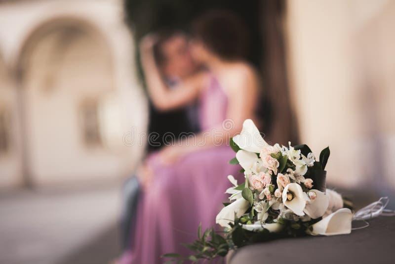 La boda florece el ramo con los pares del recién casado en fondo imagen de archivo