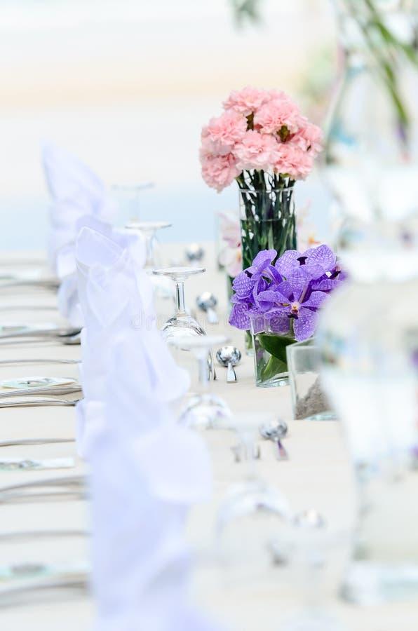 La boda florece - las tablas fijadas para la cena fina fotos de archivo