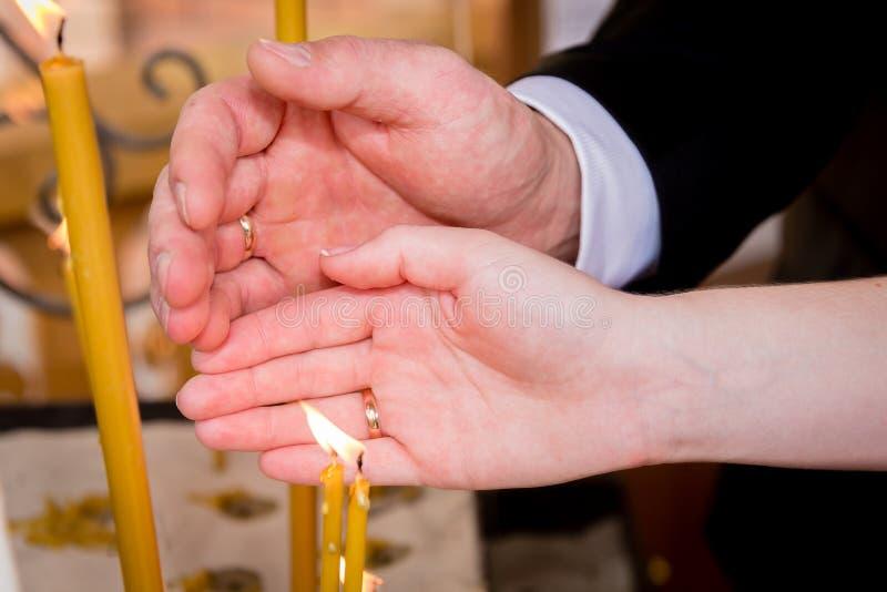 La boda mira al trasluz la mano foto de archivo libre de regalías