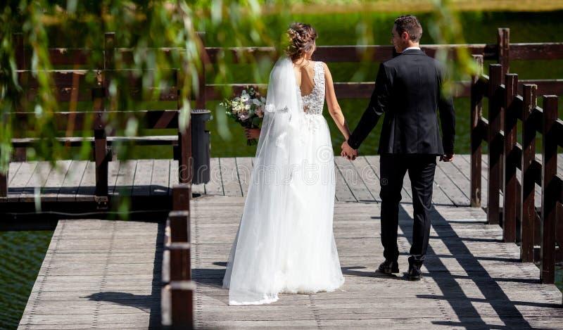 La boda muy hermosa un par que sorprende La novia bonita y el novio elegante fotografía de archivo libre de regalías