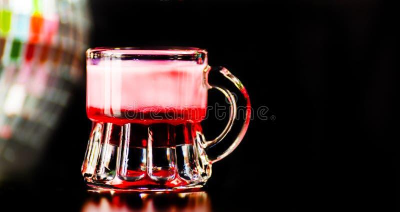 La boisson colorée a tiré sur le fond de boule de miroir de disco, régénérant images stock