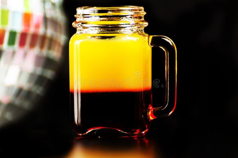 La boisson colorée a tiré sur le fond de boule de miroir de disco, régénérant photographie stock libre de droits