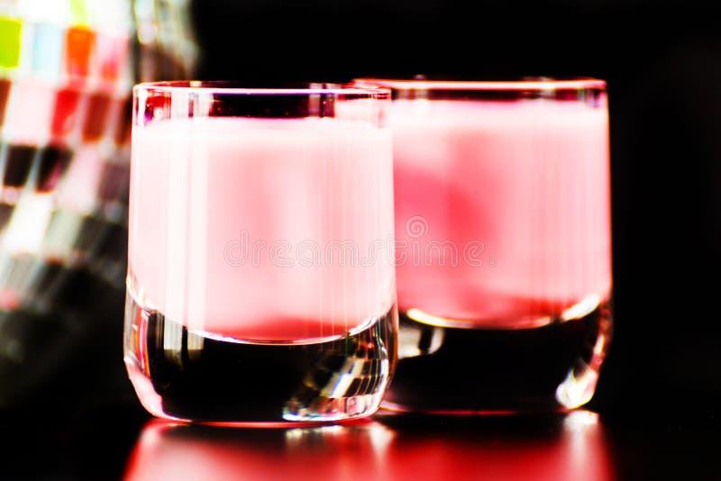 La boisson colorée a tiré sur le fond de boule de miroir de disco, régénérant photographie stock