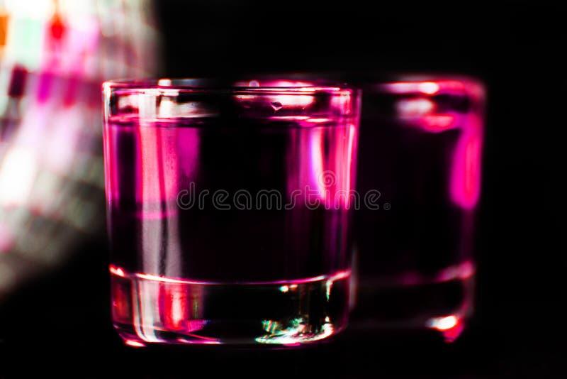 La boisson colorée a tiré sur le fond de boule de miroir de disco, régénérant photos libres de droits