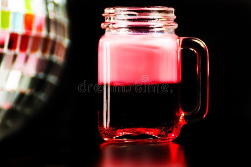 La boisson colorée a tiré sur le fond de boule de miroir de disco, régénérant images libres de droits