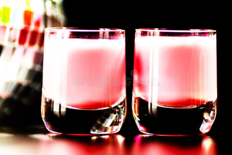 La boisson colorée a tiré sur le fond de boule de miroir de disco, régénérant photo libre de droits