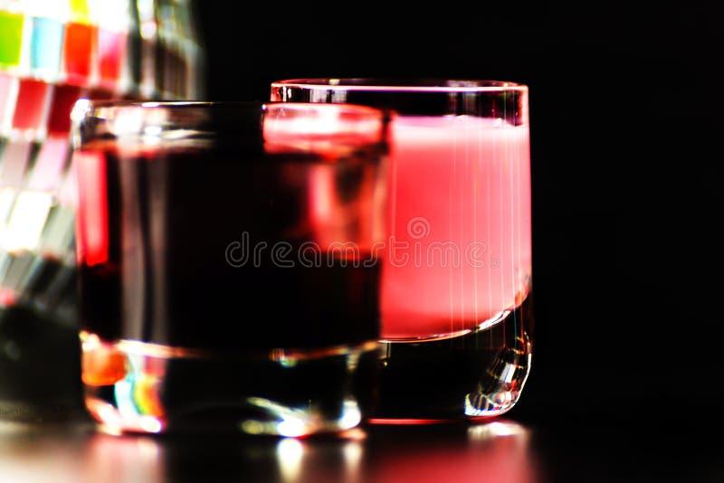 La boisson colorée a tiré sur le fond de boule de miroir de disco, régénérant photo stock