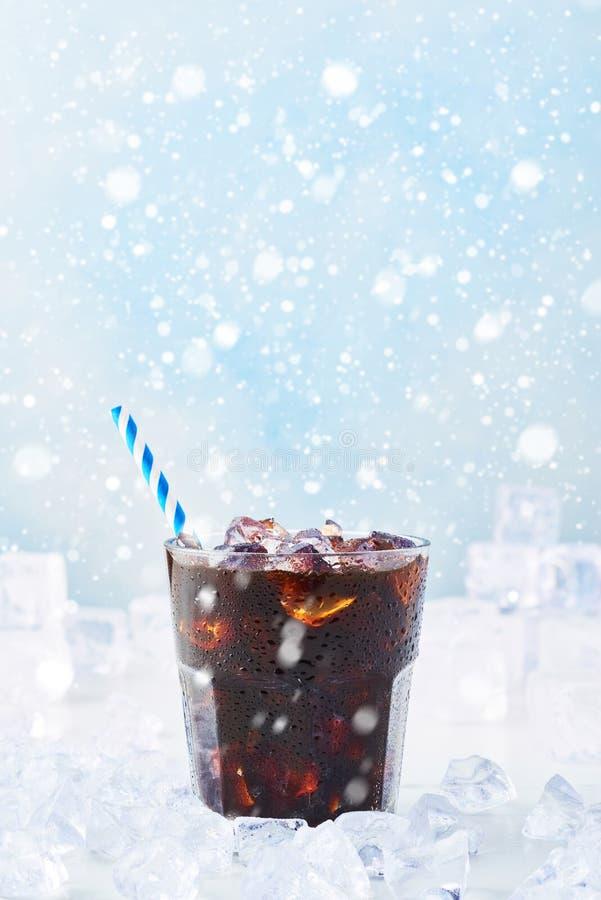 La boisson d'hiver a glacé le café dans un verre avec la paille entourée image libre de droits