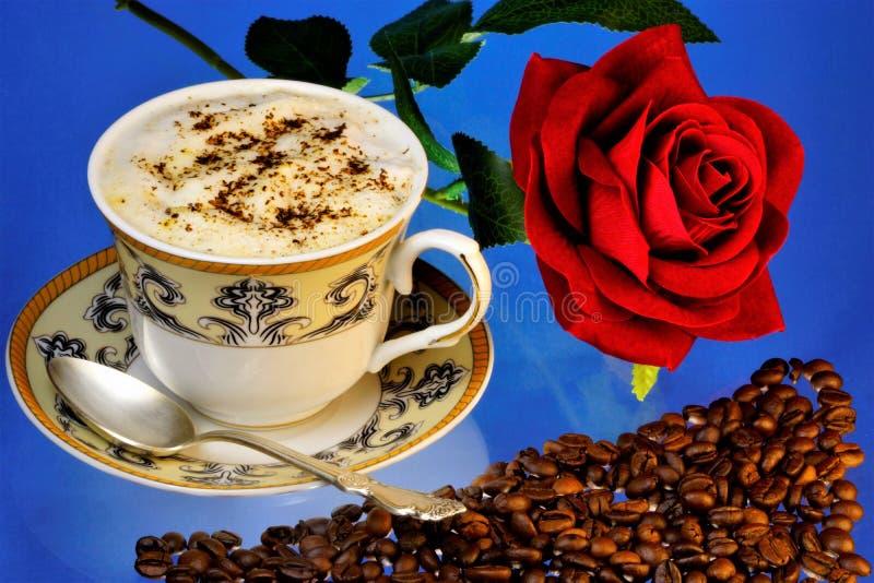 La boisson des haricots naturels de cafè rôti et moulu se fortifie bien, reine rose rouge de fleur-le des fleurs pour un joyeux d image libre de droits