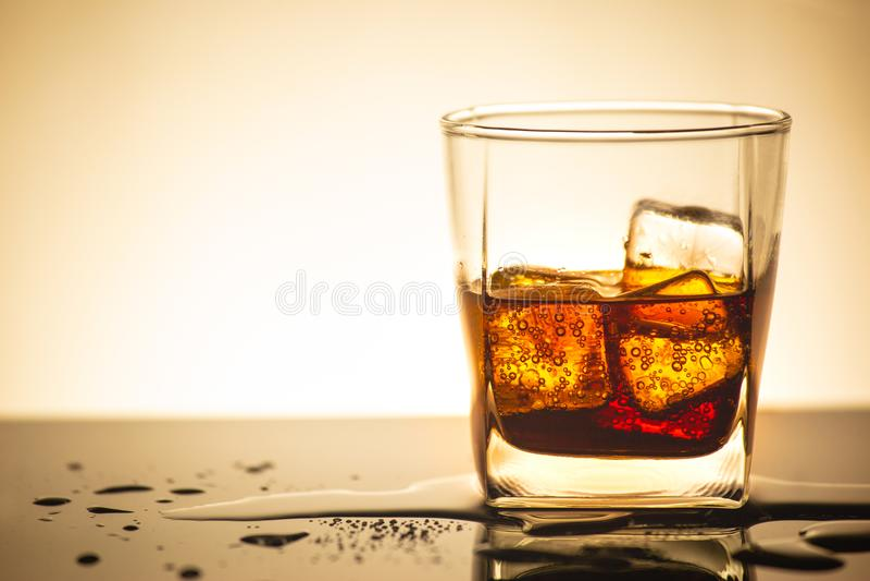 La boisson du kola en verre avec de la glace dans l'éclairage de studio, boisson en été est l'eau de scintillement image libre de droits