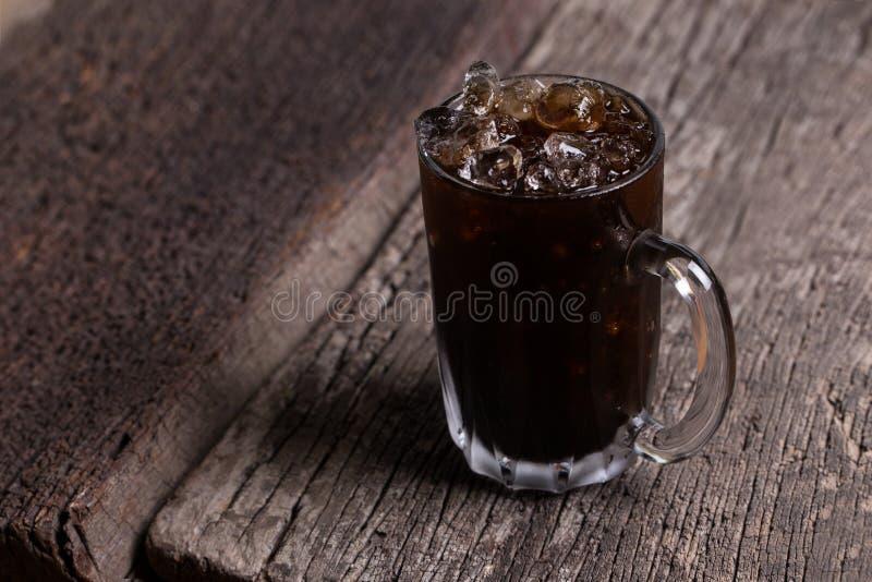 La boisson locale glacée thaïlandaise de signature de café noir sur le fond en bois a appelé l'oliang photo stock