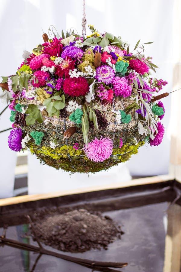 La bola de la boda del diseñador de flores, del musgo y de la hierba llamó el agua fotos de archivo