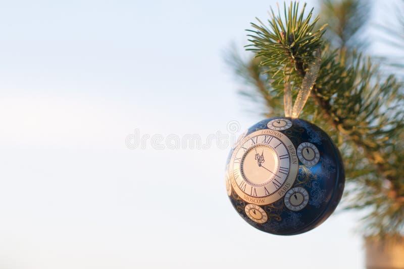 La bola de cristal, decoración de la Navidad con un reloj en un árbol de navidad, procesando debajo de una foto del vintage, text fotos de archivo
