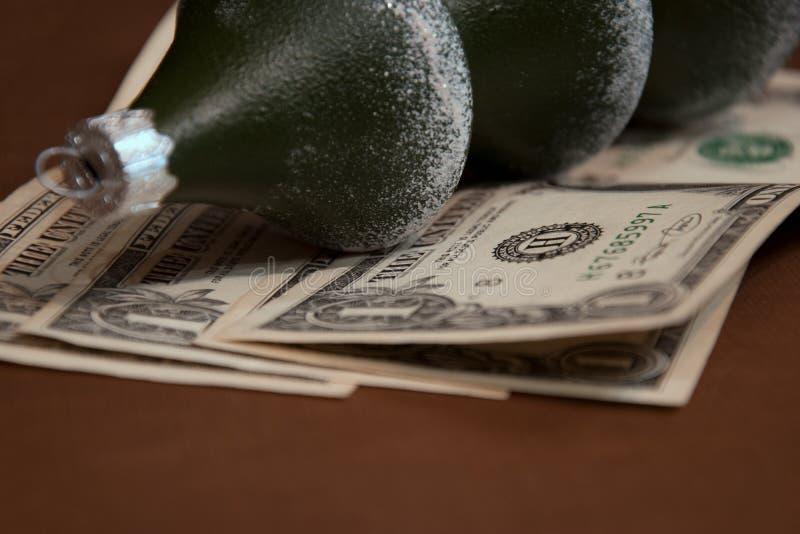 La bola de cristal del árbol de navidad bajo la forma de árbol de abeto miente en denominaciones de un dólares imágenes de archivo libres de regalías