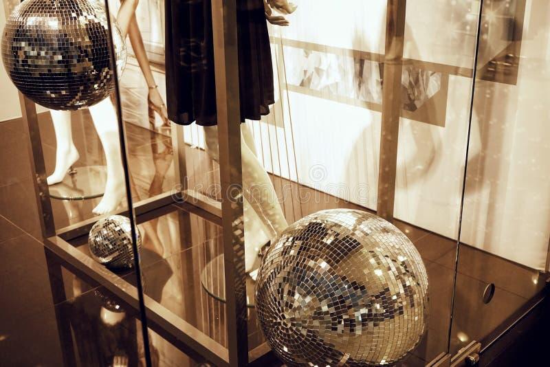 la bola de discoteca del escaparate iluminó el oro simulado de la moda de la decoración del vestido fotos de archivo libres de regalías