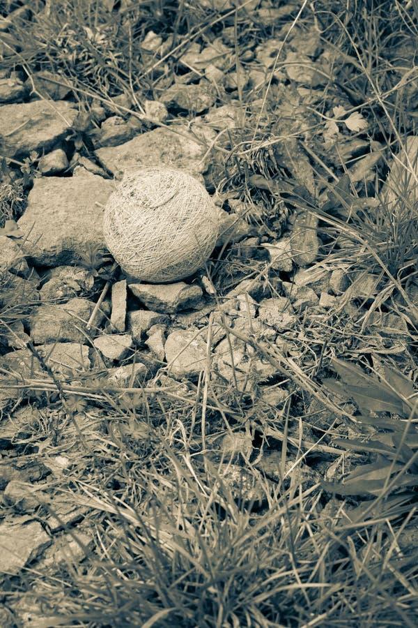 La bola de la espuma de poliestireno con el cordón natural blanco de la cuerda perdió en humedales imagenes de archivo
