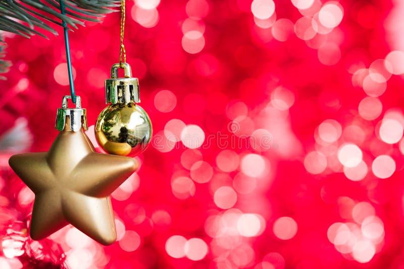 La bola de la Navidad del oro y el ornamento de la estrella adornan en árbol de abeto foto de archivo libre de regalías