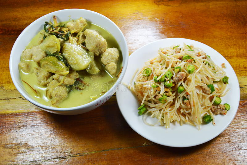 La bola de pescados verde del curry con la berenjena come pares con los tallarines de arroz picantes imagenes de archivo