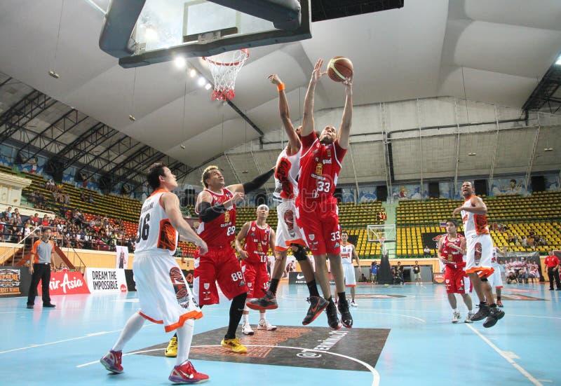 La bola del rebote de Brian Williams #33 compite con Rev Thailand Slammers de los deportes en una liga de baloncesto de la Asociac fotos de archivo libres de regalías