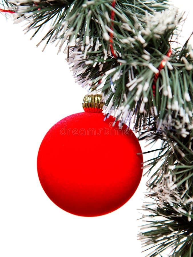La bola roja del Año Nuevo. Todavía de la Navidad vida en un fondo blanco imagen de archivo libre de regalías