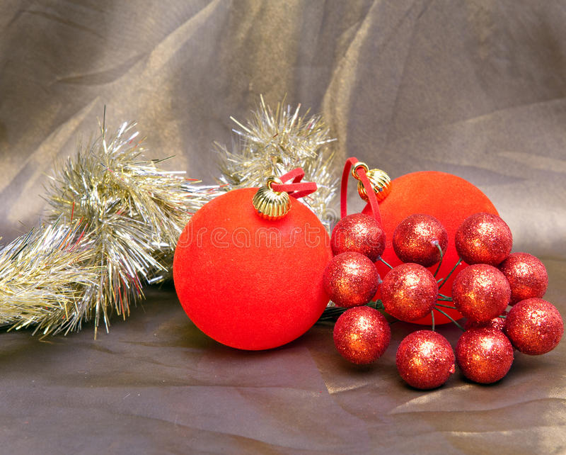 La bola roja, las bayas decorativas y la malla del Año Nuevo imagen de archivo