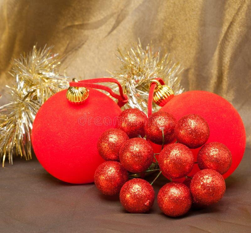 La bola roja, las bayas decorativas y la malla del Año Nuevo. Aún-vida foto de archivo libre de regalías