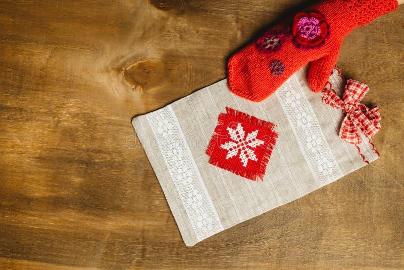La bolsa de asas de la lona del regalo de la dama de honor con un arco rojo imágenes de archivo libres de regalías