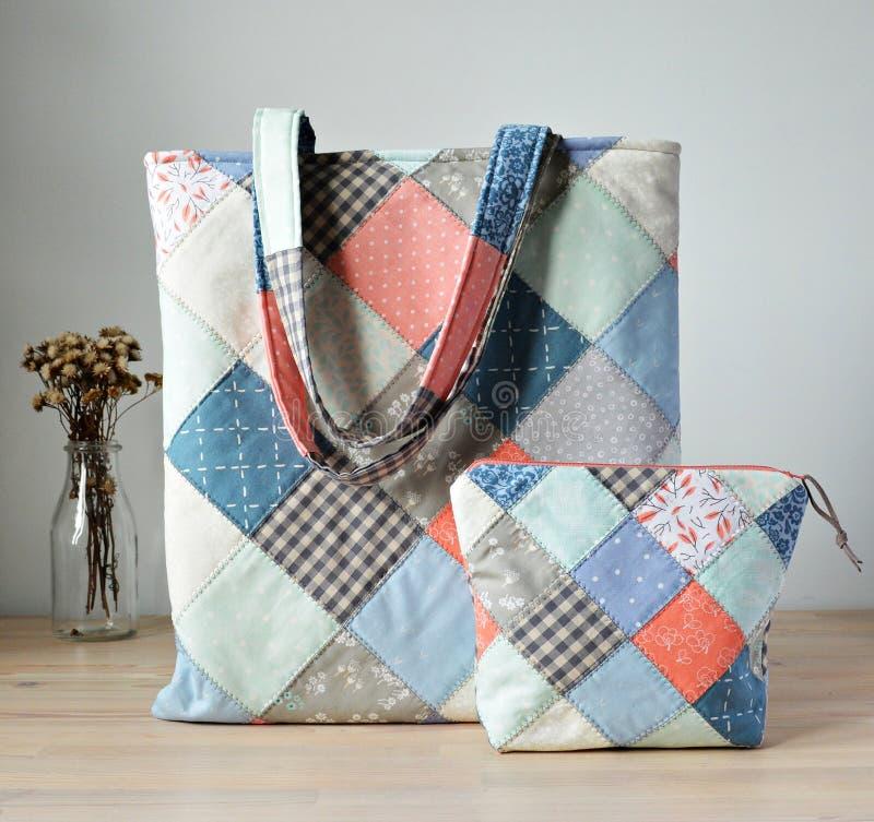 La bolsa de asas, bolsa de la noción y tarro acolchados con las flores secadas imágenes de archivo libres de regalías
