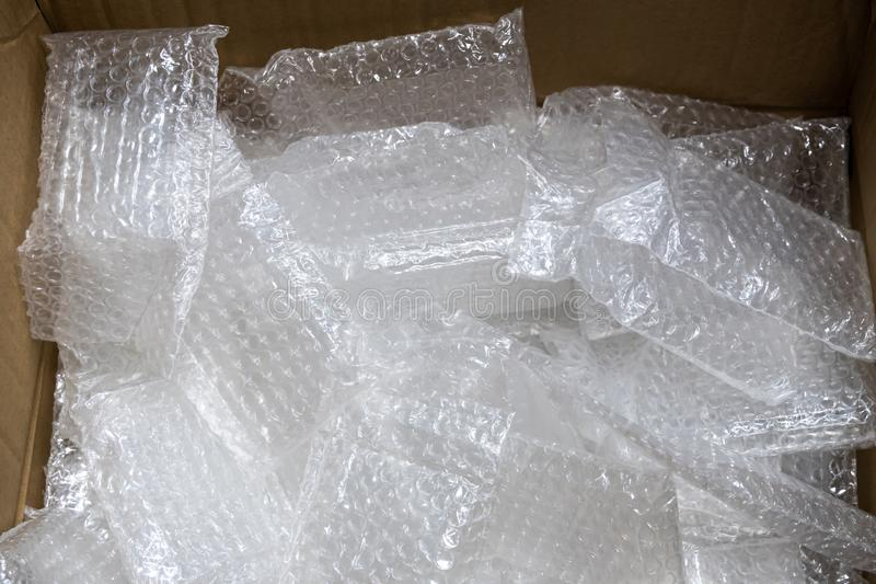 La bolsa de plástico usada de la burbuja en caja de papel foto de archivo