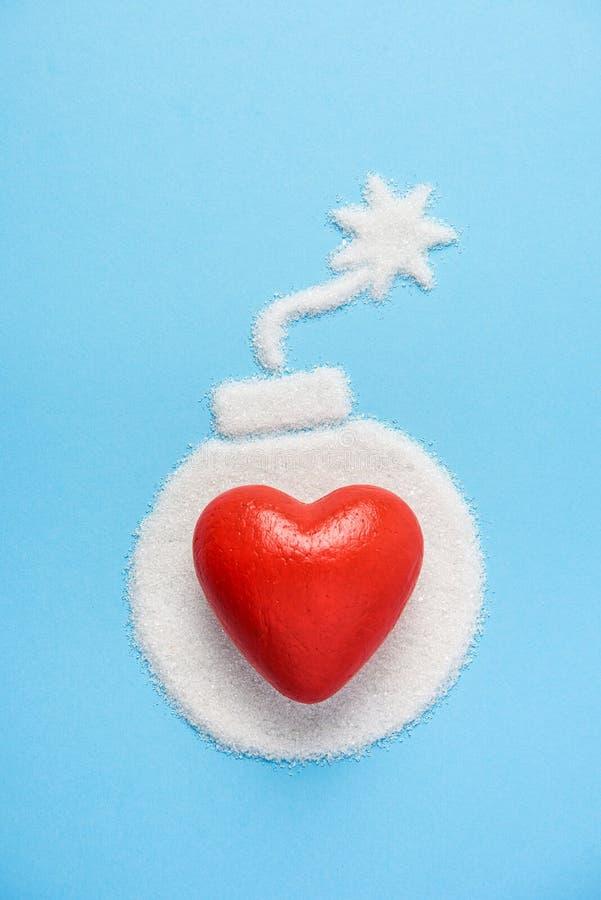 La bomba hecha del azúcar en fondo azul azul Concepto de la diabetes Matanzas del azúcar Sugerir concepto de dieta Copie el espac fotografía de archivo libre de regalías