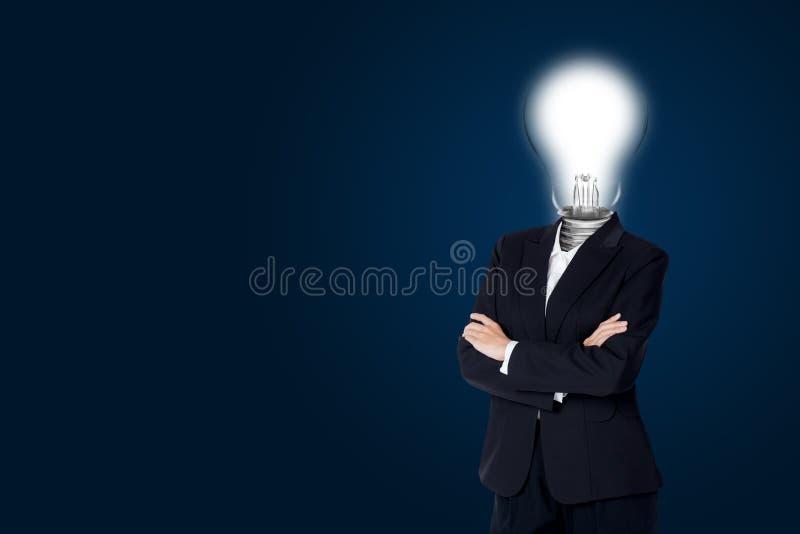 La bombilla de la mujer de negocios principal y tiene creatividad de la idea foto de archivo