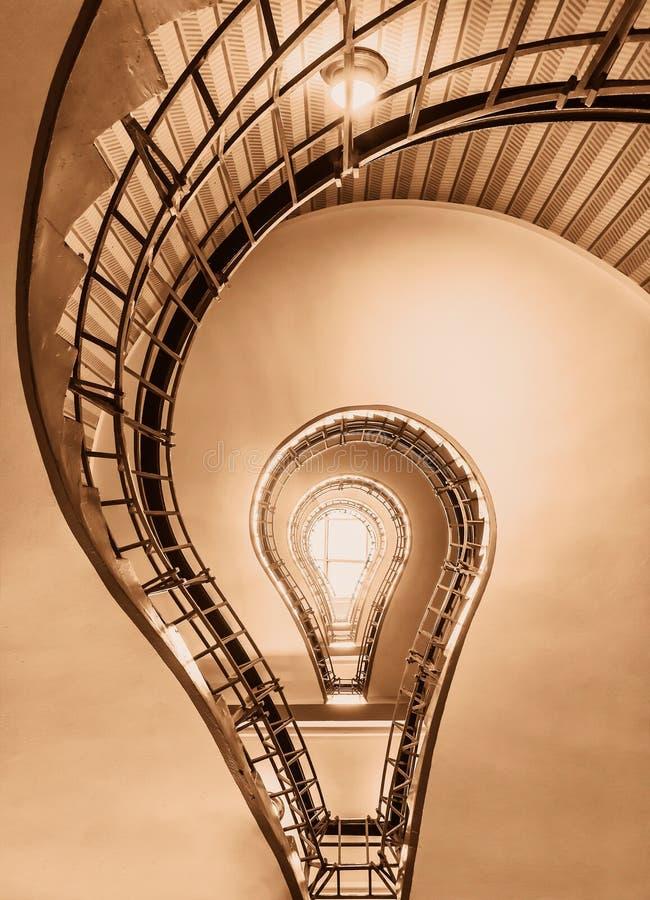 La bombilla en la forma de una escalera cubista en un edificio histórico de Praga coloreó en colores marrones históricos fotografía de archivo