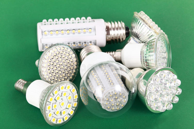 La bombilla más nueva del LED en verde foto de archivo