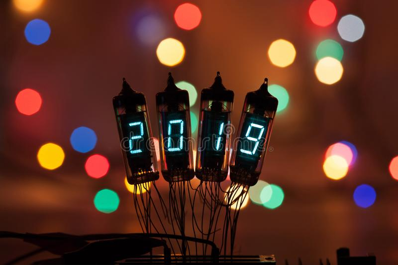 La bonne année est écrite avec une lumière de lampe Lampes électroniques par radio 2019 Félicitation conçue originale avec a photographie stock libre de droits