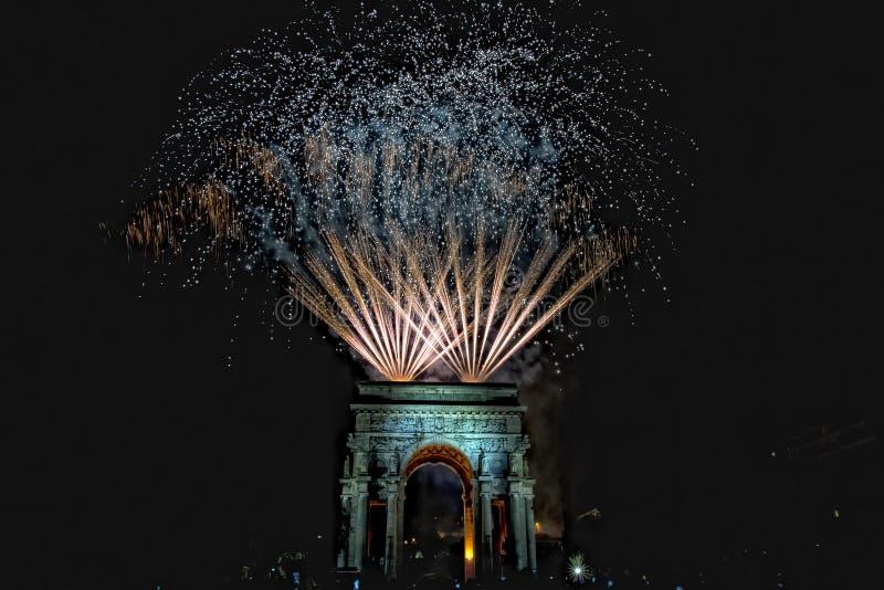 La bonne année et les joyeux feux d'artifice de Noël sur le triomphe courbent photos stock