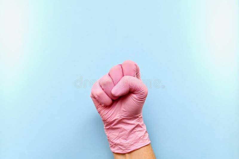 La bonne main enfilée de gants est serrée dans un poing image stock