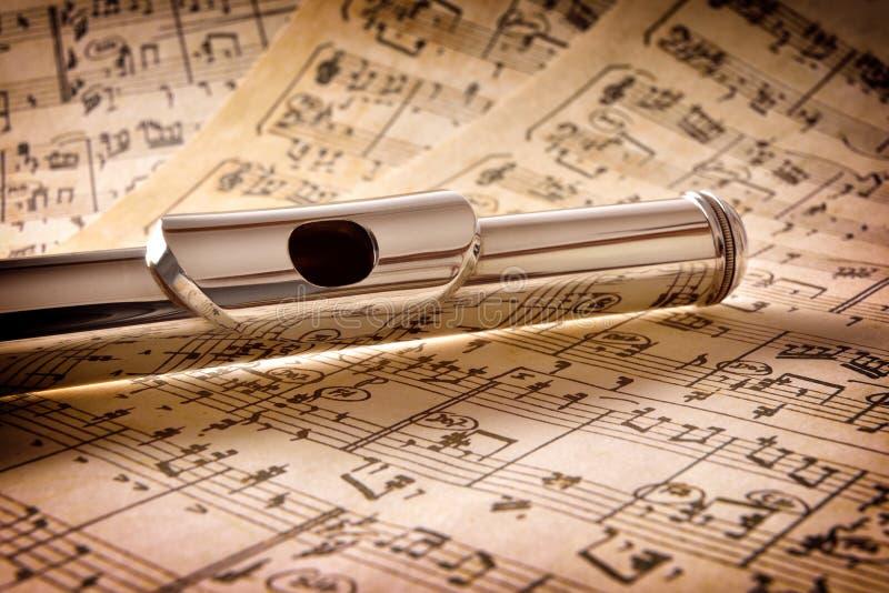 La boquilla de la vieja partitura manuscrita de la flauta elevó la visión imágenes de archivo libres de regalías