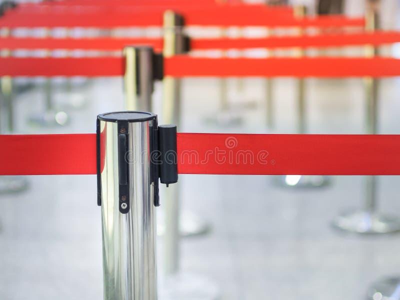 La borne métallique pour la ruelle de attente signent contre photos libres de droits
